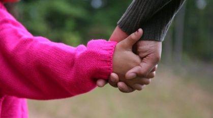 Processos de adoção de crianças passam na mão de apenas uma juíza