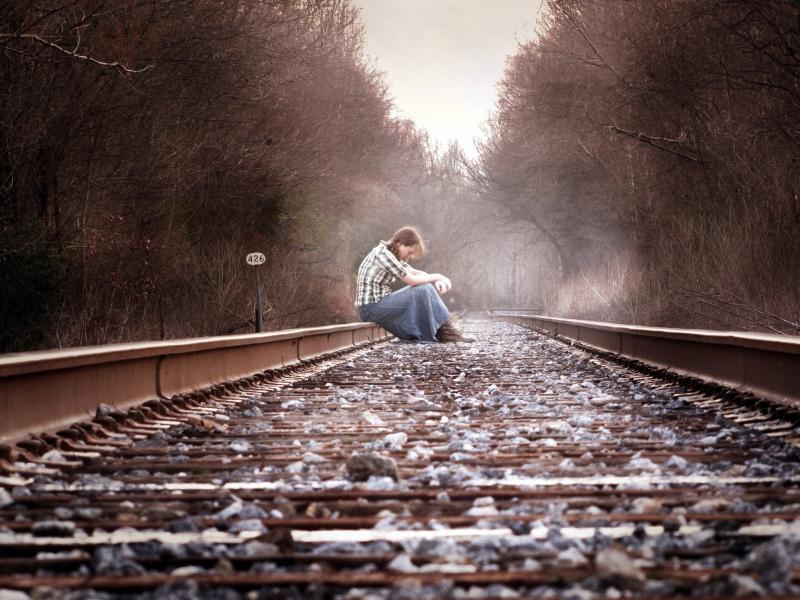 girl-railway-mood-autumn-depression-800x600